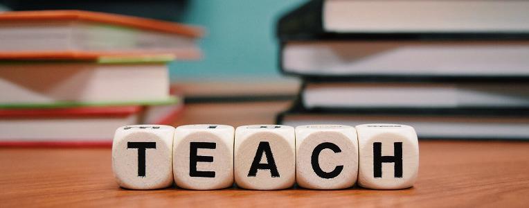 Ein Stimmtraining kann beanspruchten Lehrerstimmen helfen.