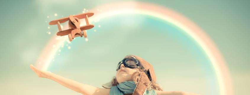 Fröhliches Kind hat Spaß beim Spielen, Zugänge zum Bloggen entdecken, Spaß und Freude beim Bloggen, Bloggen darf leicht sein