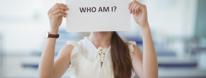 """Frau hält Zettel vor ihr Gesicht, auf dem steht """"Who Am I? Wer bin ich?"""", Bloggerpersönlichkeit, Du bist nicht dein Blog"""