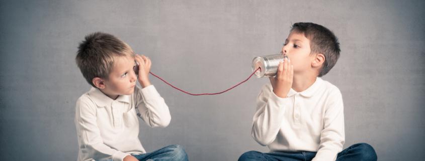 zwei Jungen sprechen über ein Blechdosen-Telefon miteinander, Sinnbild für: Kunden zuhören, Zielgruppe kennenlernen