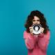 Frau mit Megaphon, Botschaft an die Welt, Botschaft an Blogger