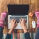 Homeoffice: Frau sitzt auf dem Fußboden und tippt auf einem Laptop; Date mit dem Blog, produktiv bloggen, regelmäßig bloggen