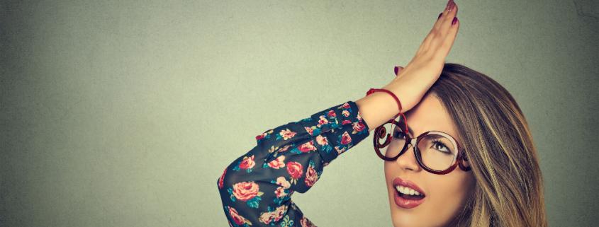 Frau schlägt sich mit der Hand an den Kopf, Fehler gemacht, Fehler beim Bloggen